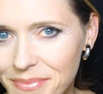Tragebeispiel: Creolen aus Silber und Kautschuk / Foto + Makeup: Michaela Conrads